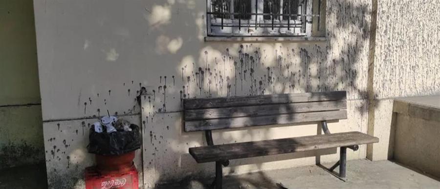 """Βόλος: Ο Δικηγορικός Σύλλογος """"καθαρίζει"""" την πρόσοψη του Δικαστικού Μεγάρου από βανδαλισμούς – ΦΩΤΟ"""