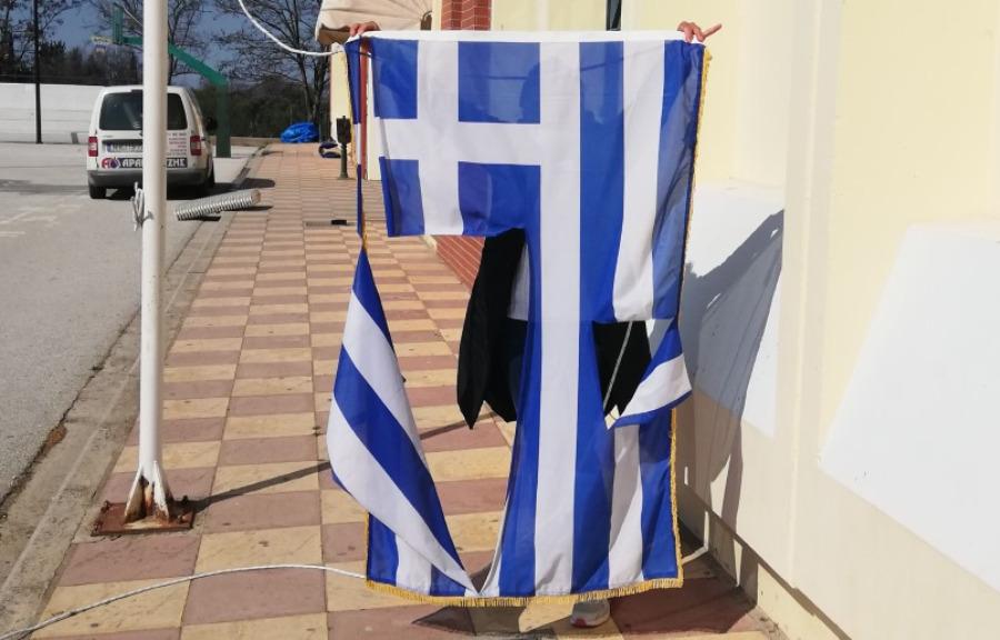 Θεσσαλονίκη: Δικογραφία σε βάρος ανηλίκων – Έσκισαν την ελληνική σημαία δύο 14χρονοι – ΦΩΤΟ