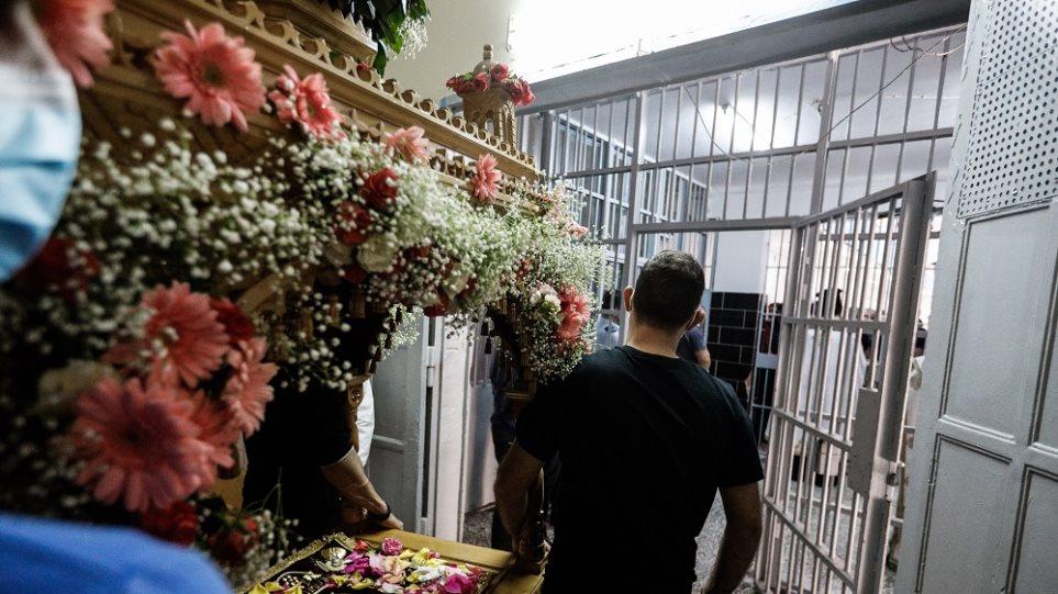 Φυλακές Κορυδαλλού: Με ιδιαίτερη κατάνυξη τελέστηκε η περιφορά του Επιτάφιου /ΦΩΤΟ