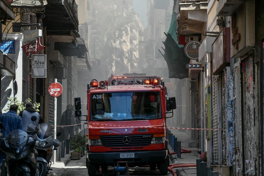 """Φωτιά σε πολυκατοικία κοντά στο Υπουργείο Υγείας – """"Πνίγεται"""" στον καπνό το κέντρο της Αθήνας – ΒΙΝΤΕΟ"""