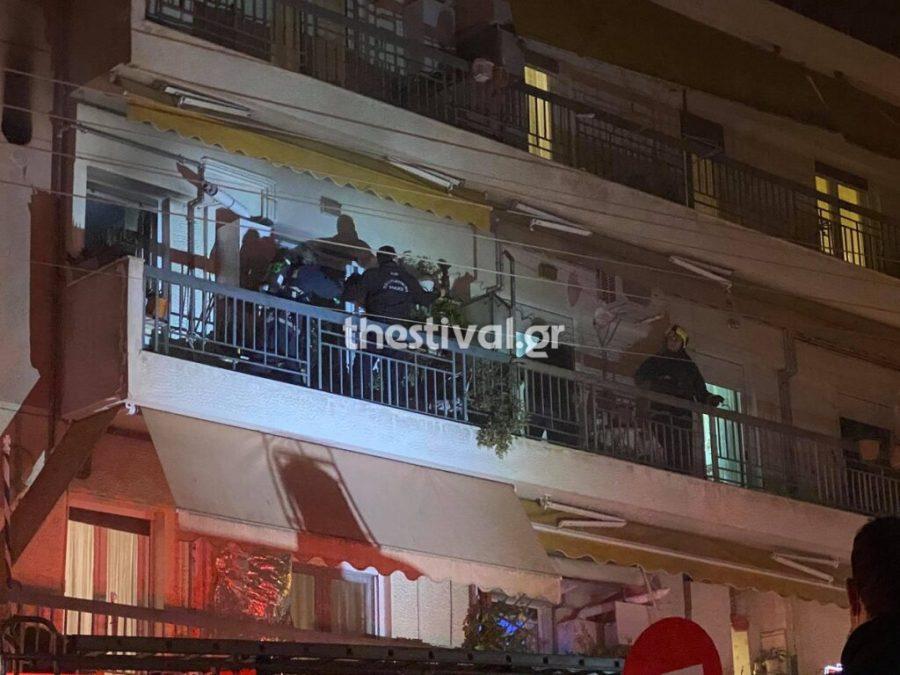 Θεσσαλονίκη: Φωτιά σε διαμέρισμα – Αστυνομικοί σε ρόλο πυροσβέστη για να γλιτώσουν ηλικιωμένη – Δύο στο νοσοκομείο – ΒΙΝΤΕΟ – ΦΩΤΟ
