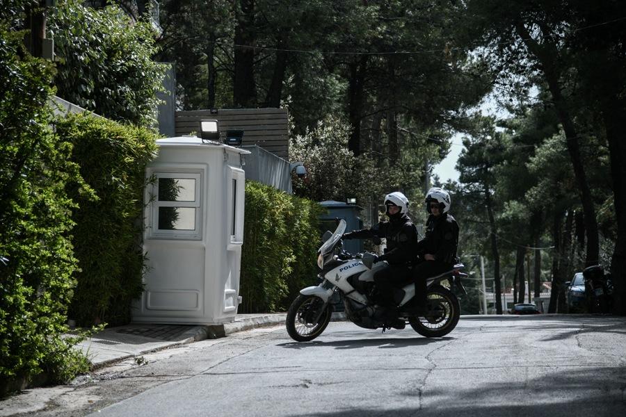 """Αποκάλυψη: Για απάτη """"μαμούθ"""" κατηγορείται αστυνομικός στην φρουρά της Σακελλαροπούλου – Εμφανιζόταν ως """"εισαγγελέας"""""""