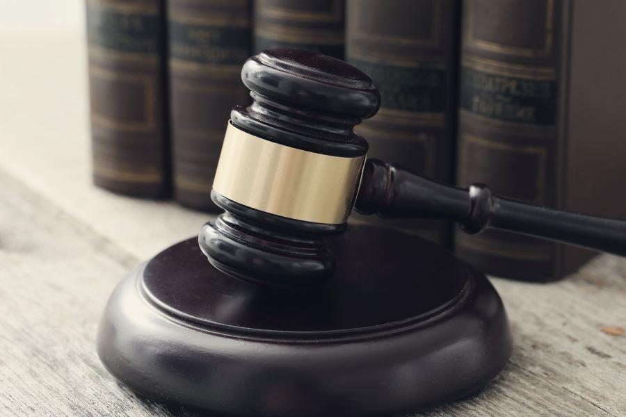βιβλία νομικής και σφυρί δικαστή