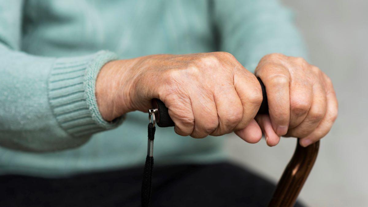 """Μαρτυρία σοκ για το γηροκομείο στα Χανιά: """"Άνθρωποι πέθαιναν μπροστά μου"""" /ΒΙΝΤΕΟ"""