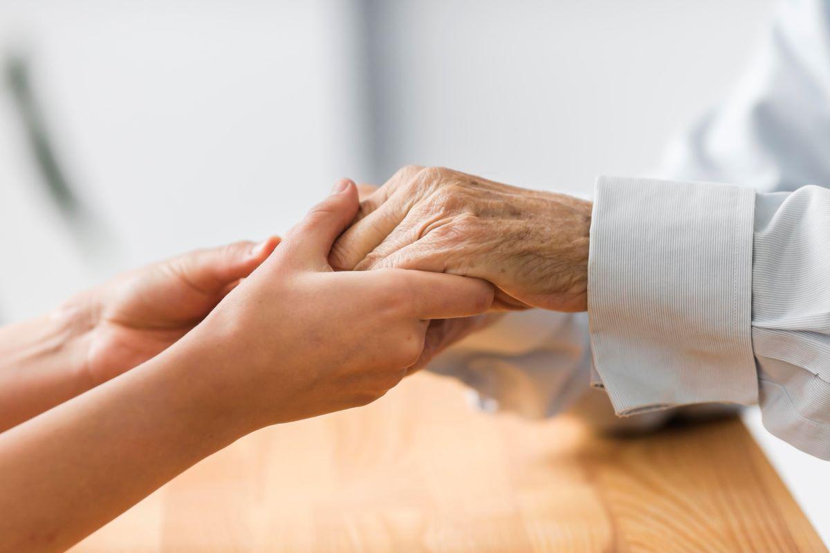 """Εργαζόμενος στο γηροκομείο των Χανίων: Έκαναν """"φυτά"""" τους ηλικιωμένους – Είχαν ένα γραφείο τελετών για τους χτυπημένους"""
