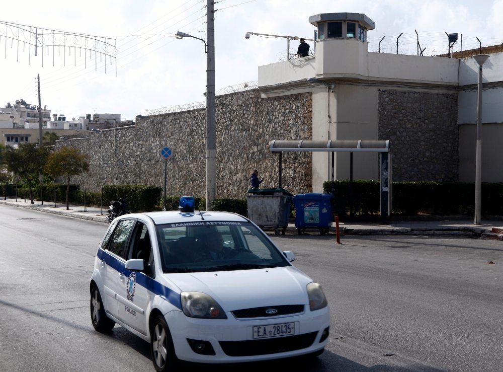 """Φυλακές Κορυδαλλού: Δεν """"πέρασε"""" το πακέτο με κινητά, φορτιστές και κάρτες sim που πέταξαν στον προαύλιο χώρο"""