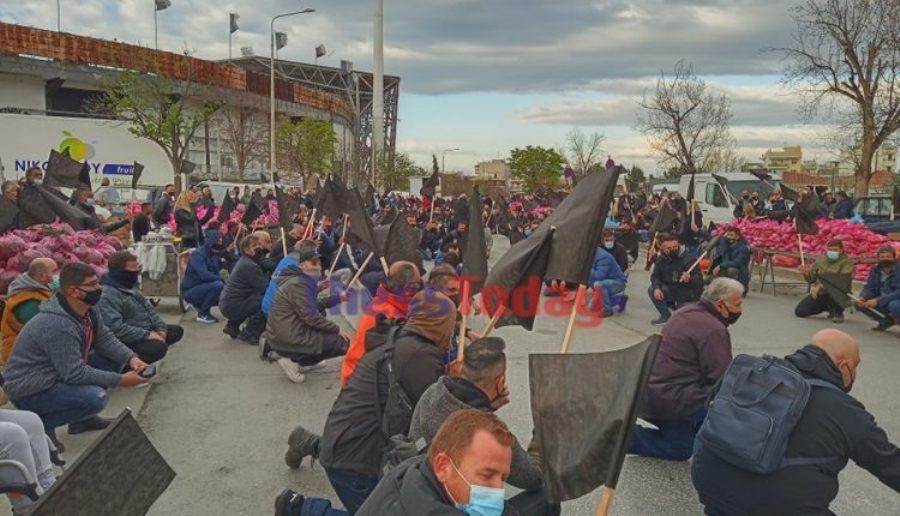 Απεργία στις λαϊκές: Καθιστική διαμαρτυρία στη Θεσσαλονίκη – Μοιράζουν δωρεάν προϊόντα – ΒΙΝΤΕΟ – ΦΩΤΟ