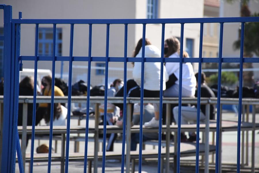"""Θεσσαλονίκη: """"Φαντομάς"""" ο 56χρονος καθηγητής ΕΠΑΛ – Τί καταγγέλλουν μαθητές – BINTEO"""