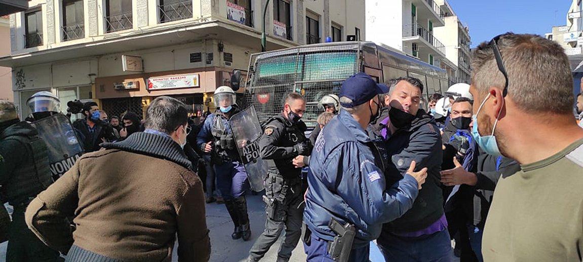 Βόλος: Επεισόδια έξω από τα δικαστήρια κατά τη μεταγωγή του δράστη του διπλού φονικού στη Μακρυνίτσα /ΒΙΝΤΕΟ
