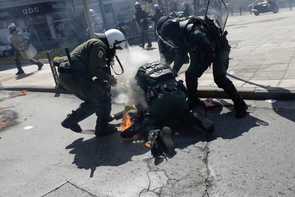 Θεσσαλονίκη: Αντιεξουσιαστές έριξαν κατά λάθος μολότοφ σε διαδηλωτή και λαμπάδιασε -Τον έσωσαν οι αστυνομικοί/ ΒΙΝΤΕΟ, ΦΩΤΟ