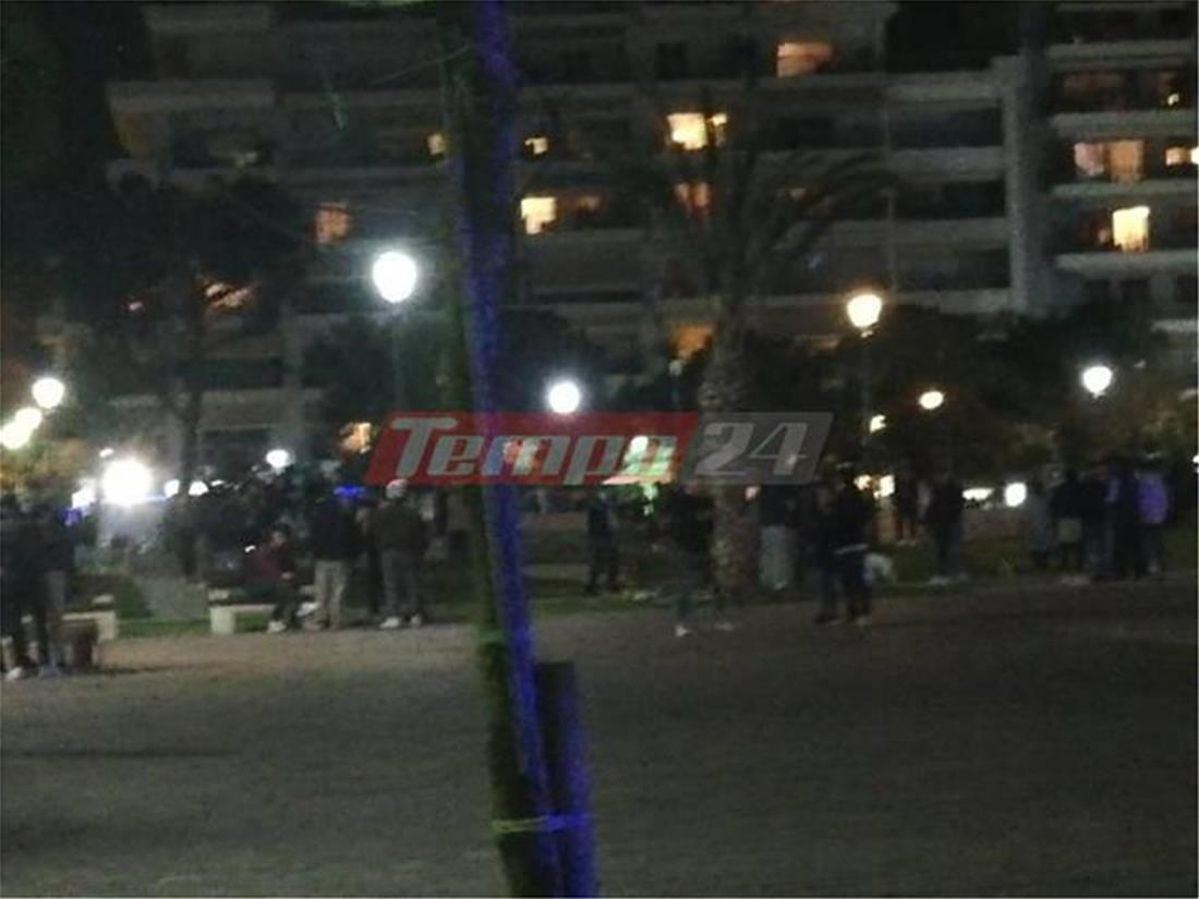 Πάτρα: Εκατοντάδες άτομα σε πλατεία χωρίς μάσκες και αποστάσεις