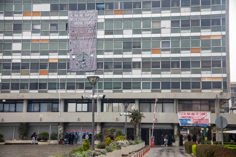 """Θεσσαλονίκη: Σε """"κλοιό"""" φοιτητών και πάλι η Πρυτανεία του ΑΠΘ – Νέα κατάληψη ενάντια στο νόμο Κεραμέως – ΦΩΤΟ"""