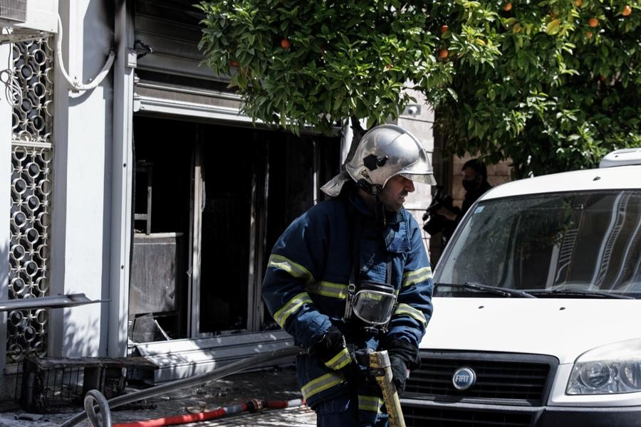 Πυρκαγιά σε κατάστημα στη Νίκαια: Απομακρύνθηκαν σώοι οι ένοικοι της πολυκατοικίας – ΦΩΤΟ