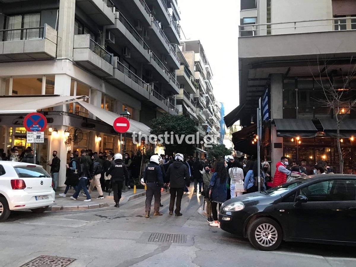 Θεσσαλονίκη: Κοσμοπλημμύρα έξω από μπαράκια του κέντρου – Επέμβαση δεκάδων αστυνομικών /ΒΙΝΤΕΟ