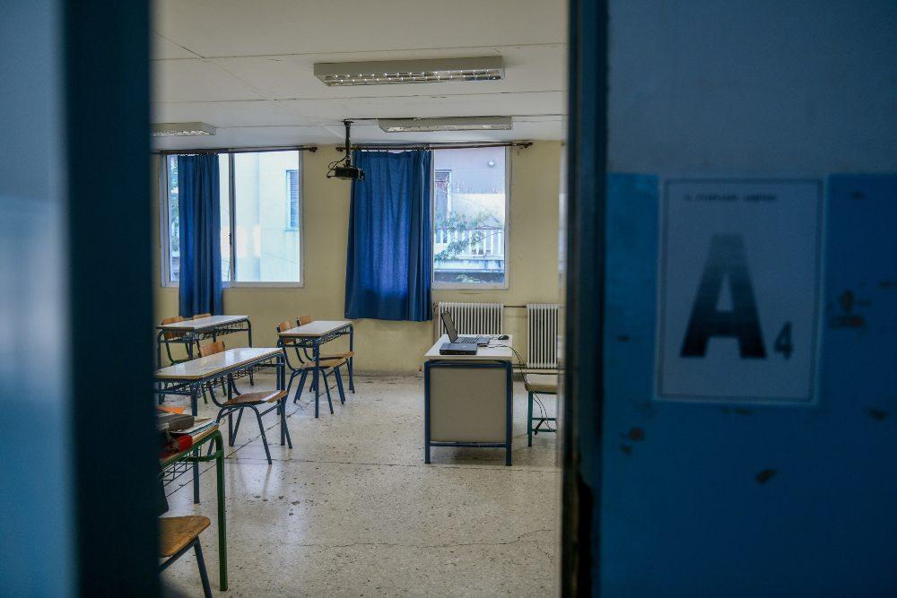 Σε αργία ο δάσκαλος που έστελνε αισχρά μηνύματα σε μαθήτριες του δημοτικού