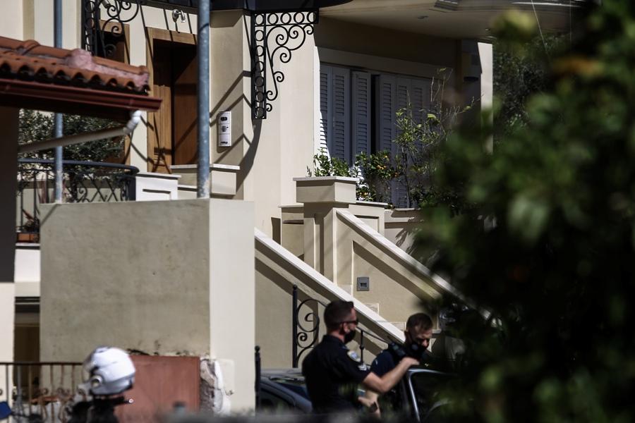 Έγκλημα στα Γλυκά Νερά: Με αμείωτο ρυθμό οι έρευνες της ΕΛΑΣ – Τα 100.000 ευρώ που έψαχναν οι δράστες και η συγκλονιστική κατάθεση του συζύγου – ΒΙΝΤΕΟ