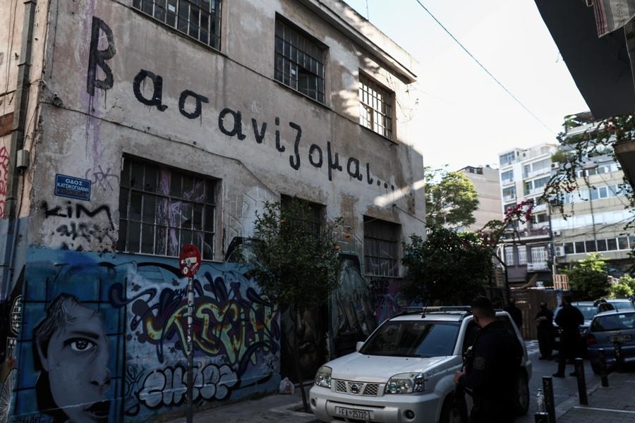 """Θέατρο """"Εμπρός"""": Επιχείρηση της ΕΛΑΣ για την εκκένωση του κτιρίου – ΦΩΤΟ – ΒΙΝΤΕΟ"""