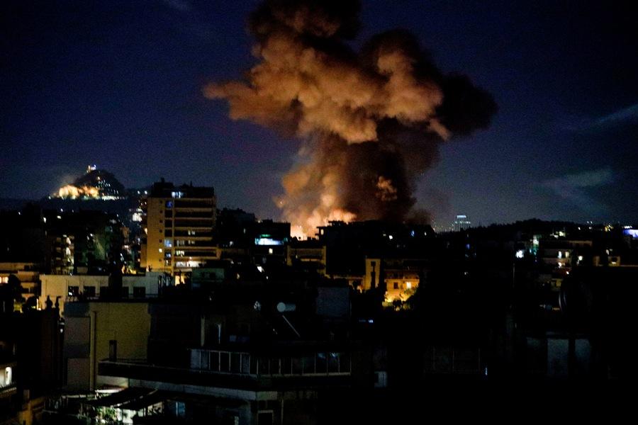 Ανάσταση στο Νέο Κόσμο: Πυρκαγιά από τις μολότοφ και τα βεγγαλικά – ΒΙΝΤΕΟ – ΦΩΤΟ