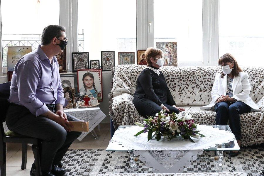 Συνάντηση Σακελλαροπούλου με τους γονείς της Τοπαλούδη: Το μήνυμα στην Τουρκία από το φράχτη του Έβρου – ΒΙΝΤΕΟ – ΦΩΤΟ