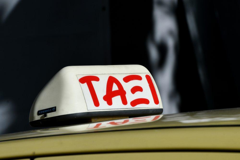 Τρόμος μέσα σε ταξί για 20χρονη κοπέλα – Ο οδηγός κλειδωσε τις πόρτες και της επιτέθηκε για να τη βιάσει /ΒΙΝΤΕΟ