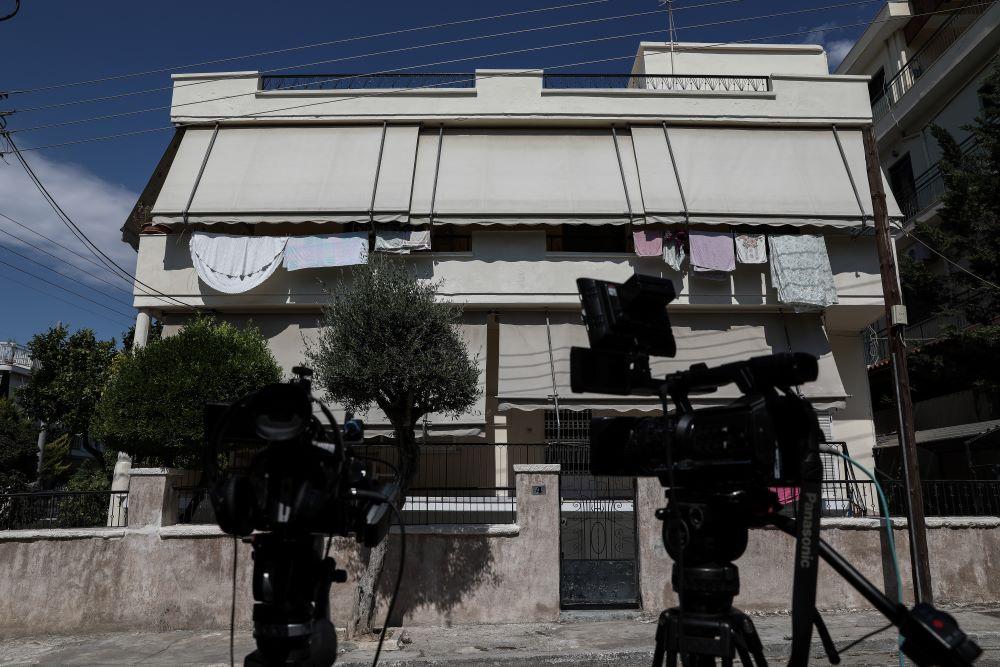 """Έγκλημα στην Αγία Βαρβάρα: Στην Ευελπίδων οι δύο κόρες της 64χρονης – """"Θέλουμε δικαιοσύνη για τη μάνα μας"""""""