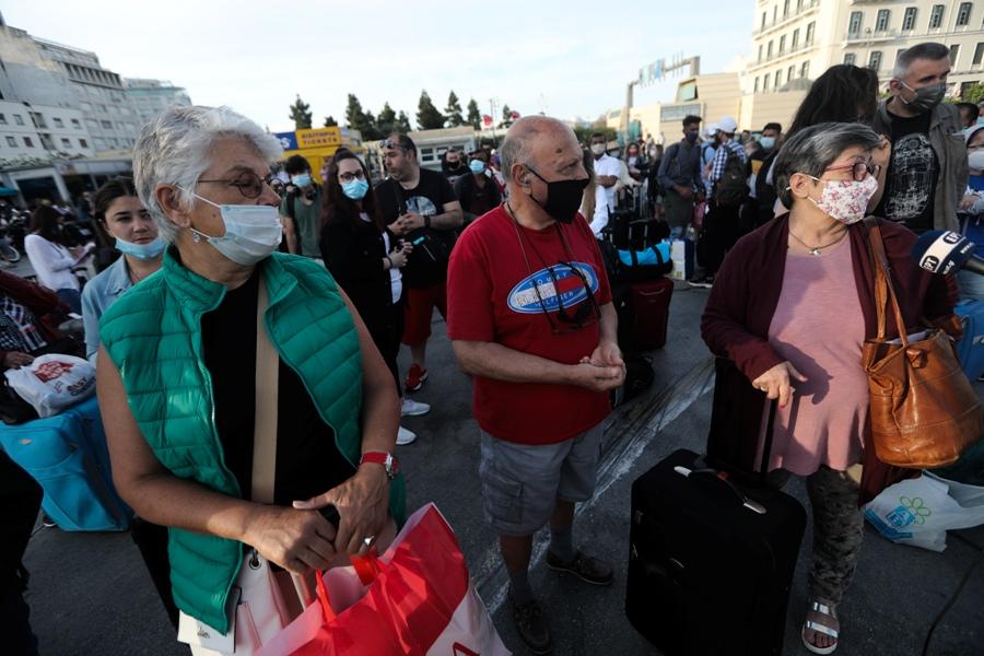 Ανεστάλη η απεργία της ΠΕΝΕΝ: Στις 9 ξεκινούν δρομολόγια – Ουρές και ταλαιπωρία στον Πειραιά – ΒΙΝΤΕΟ