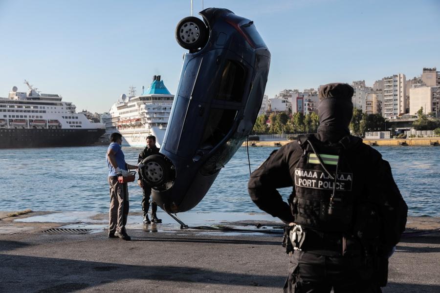 Πειραιάς: Πτώση ΙΧ στη θάλασσα – Νεκρός ο οδηγός – Επιχείρηση ανάσυρσης – ΒΙΝΤΕΟ – ΦΩΤΟ