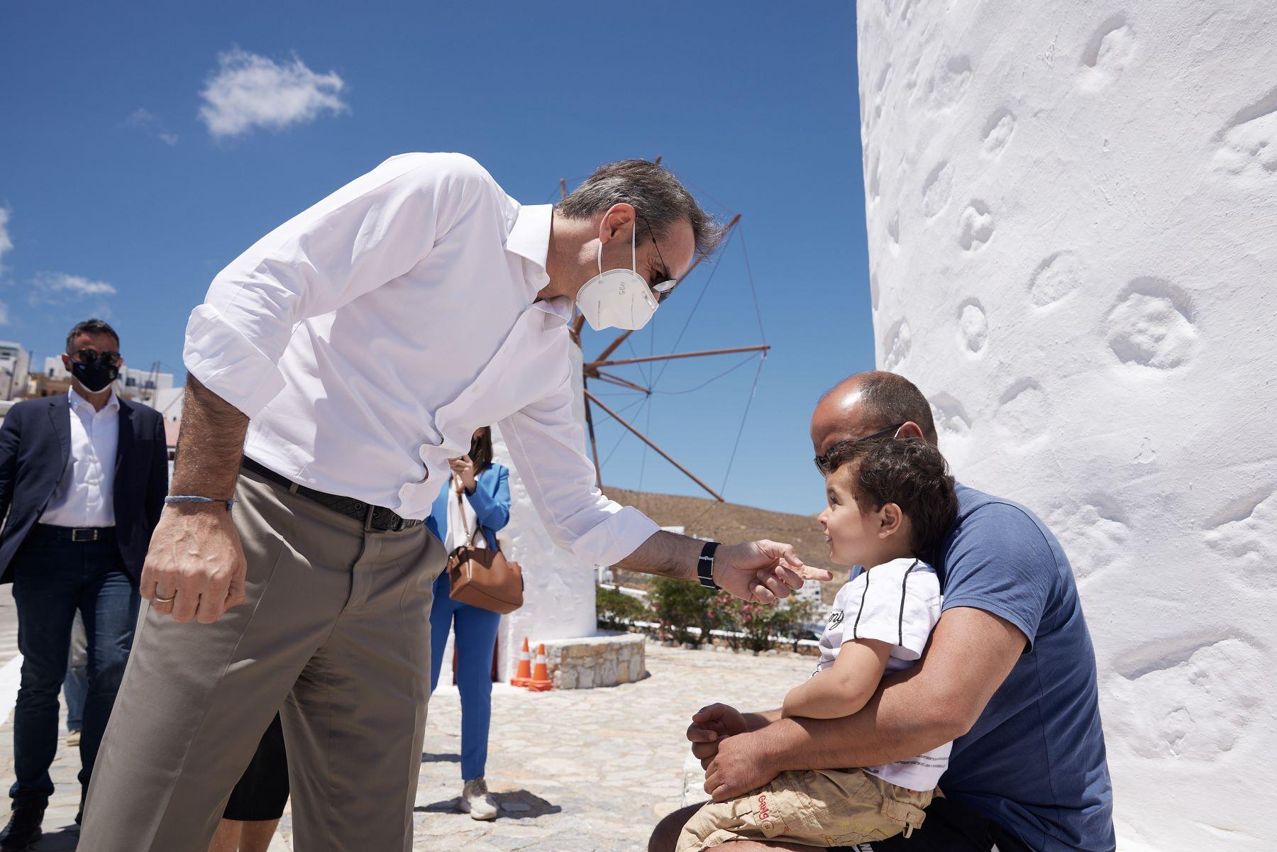 """Ο Μητσοτάκης στην Αστυπάλαια: Παρουσιάζει το πρώτο ενεργειακά """"πράσινο"""" νησί της Μεσογείου – ΒΙΝΤΕΟ – ΦΩΤΟ"""