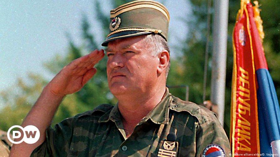 """Ράτκο Μλάντιτς: Παραμένουν τα ισόβια για τον """"χασάπη της Βοσνίας"""" αποφάσισαν οι δικαστές του ΟΗΕ – ΒΙΝΤΕΟ"""