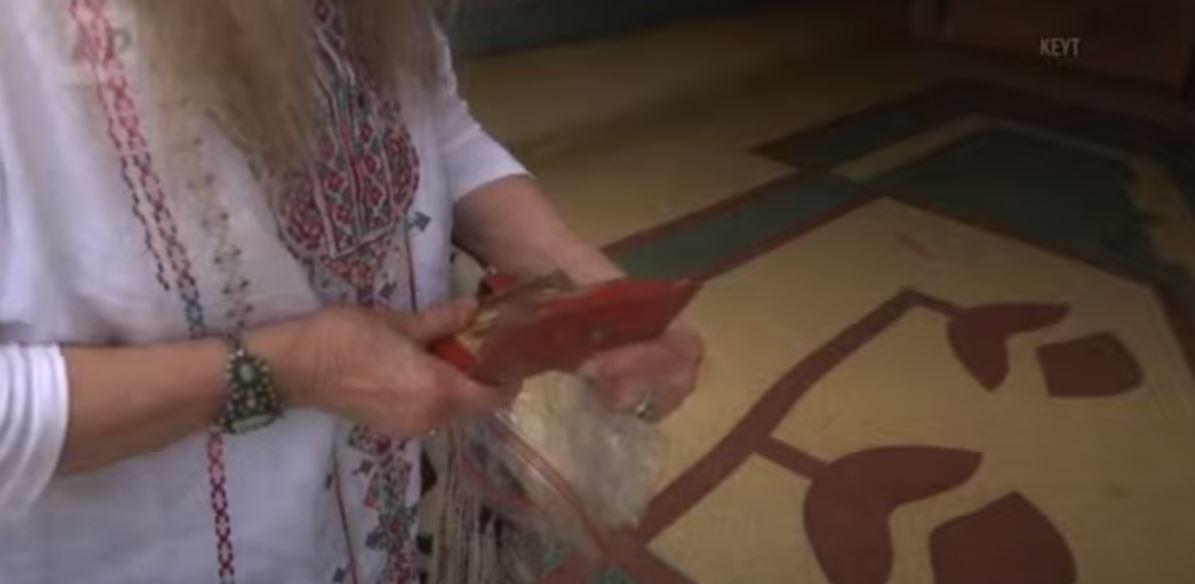 """""""Δεν υπάρχει"""": Βρέθηκε πορτοφόλι μετά από… 46 χρόνια και επιστράφηκε στην ιδιοκτήτρια του – ΒΙΝΤΕΟ"""