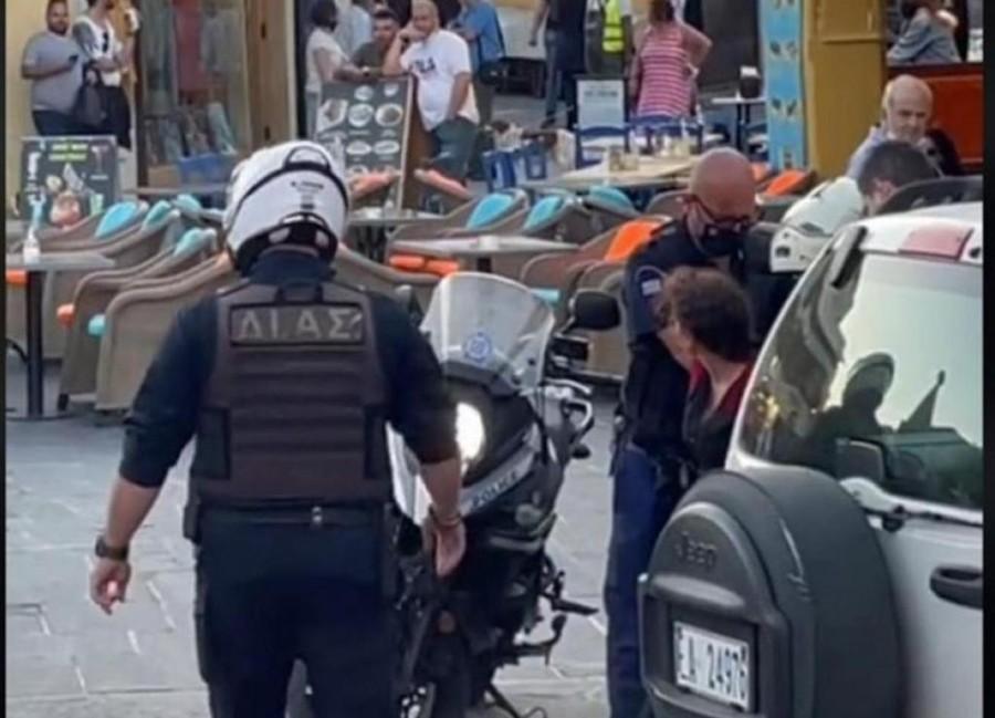 Σάλος στη Ρόδο: Αστυνομικοί έβαλαν χειροπέδες σε γυναίκα επειδή τραγουδούσε – Ειρωνικά χειροκροτήματα αυτοπτών μαρτύρων – BINTEO