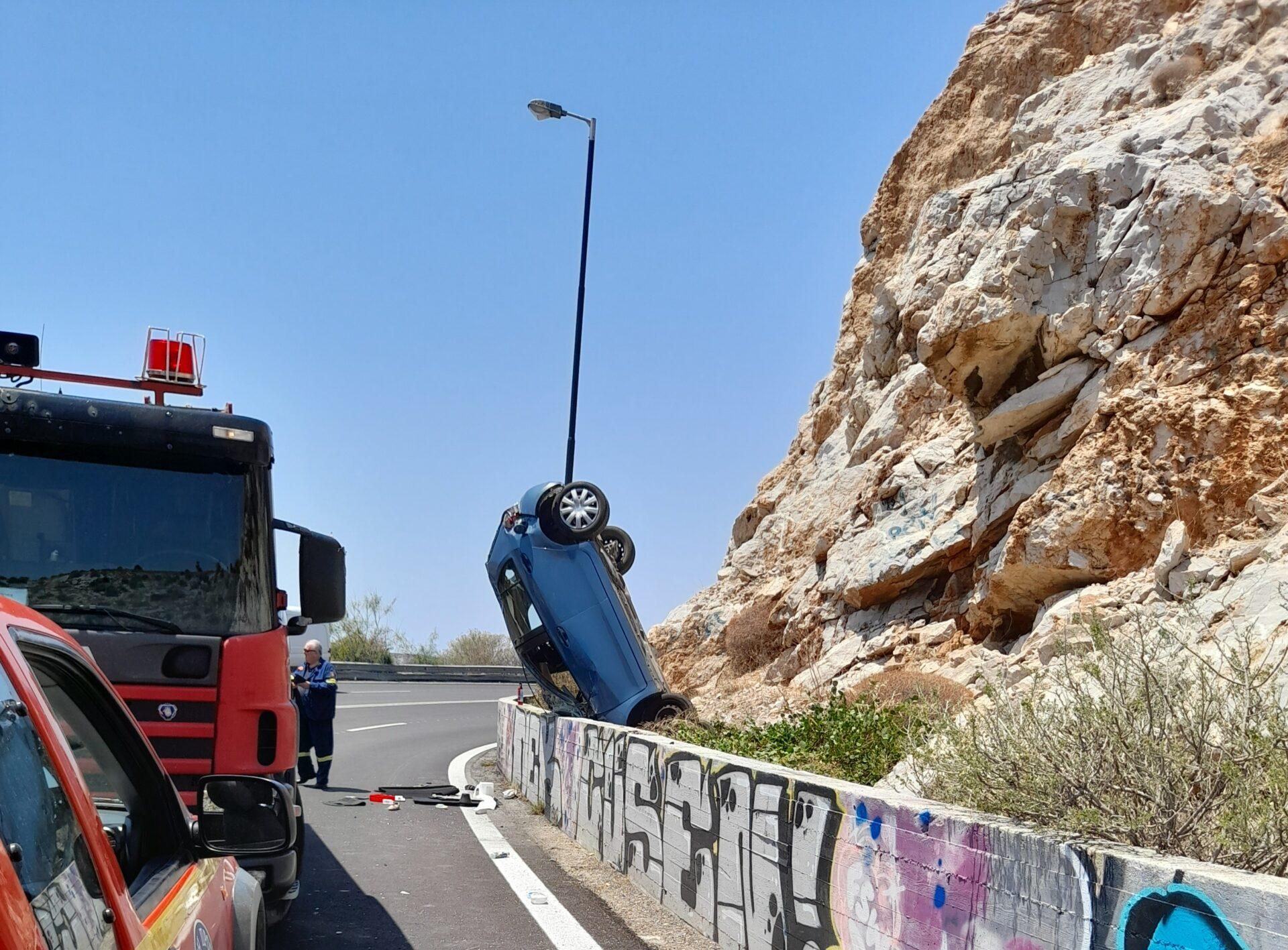 Εικόνες ΣΟΚ από τροχαίο στα Λιμανάκια Βουλιαγμένης – Το αυτοκίνητο καρφώθηκε όρθιο στα βράχια – ΦΩΤΟ
