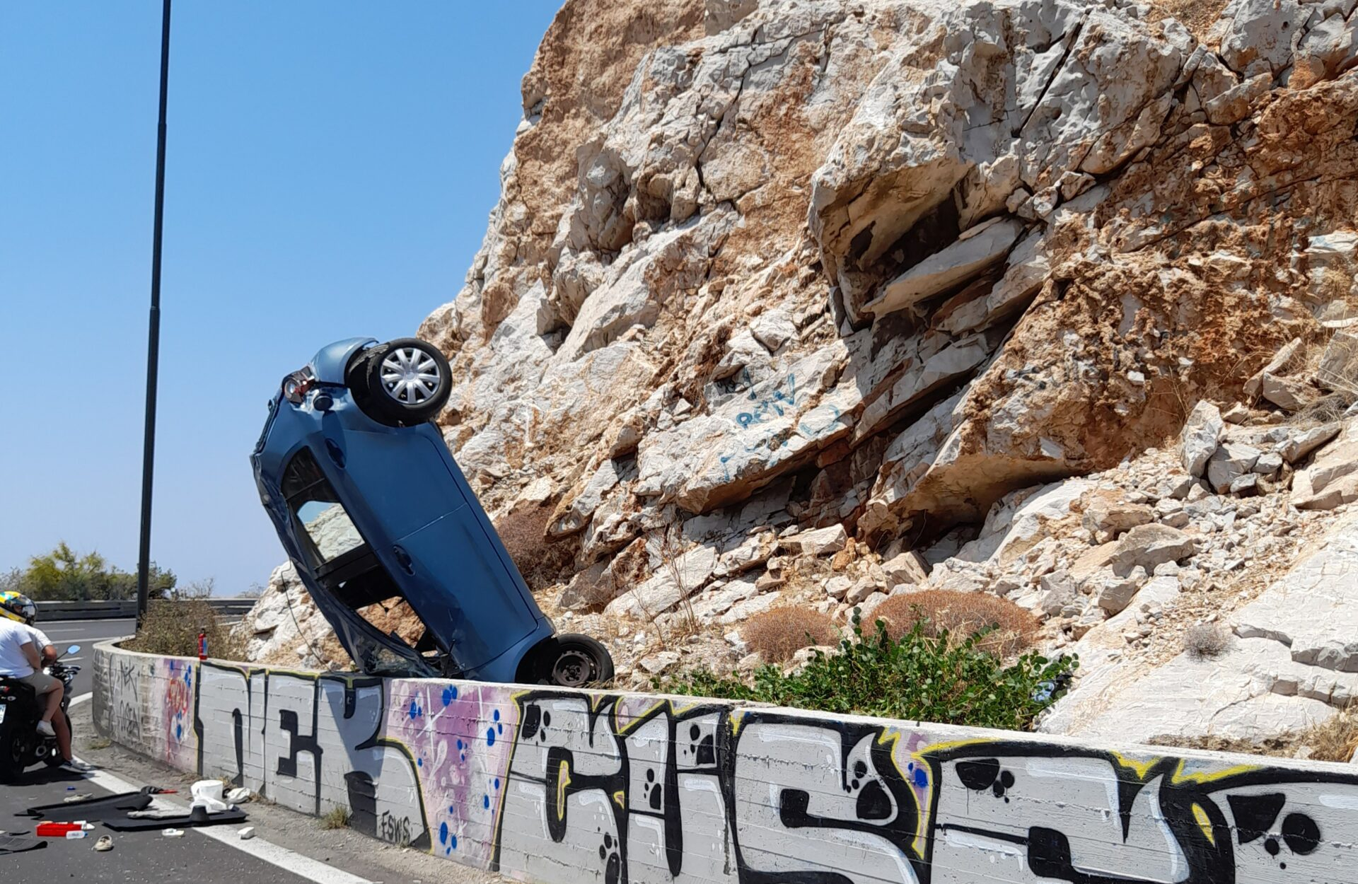 Τροχαίο-Λιμανάκια Βουλιαγμένης: Το όχημα καρφώθηκε όρθιο στα βράχια