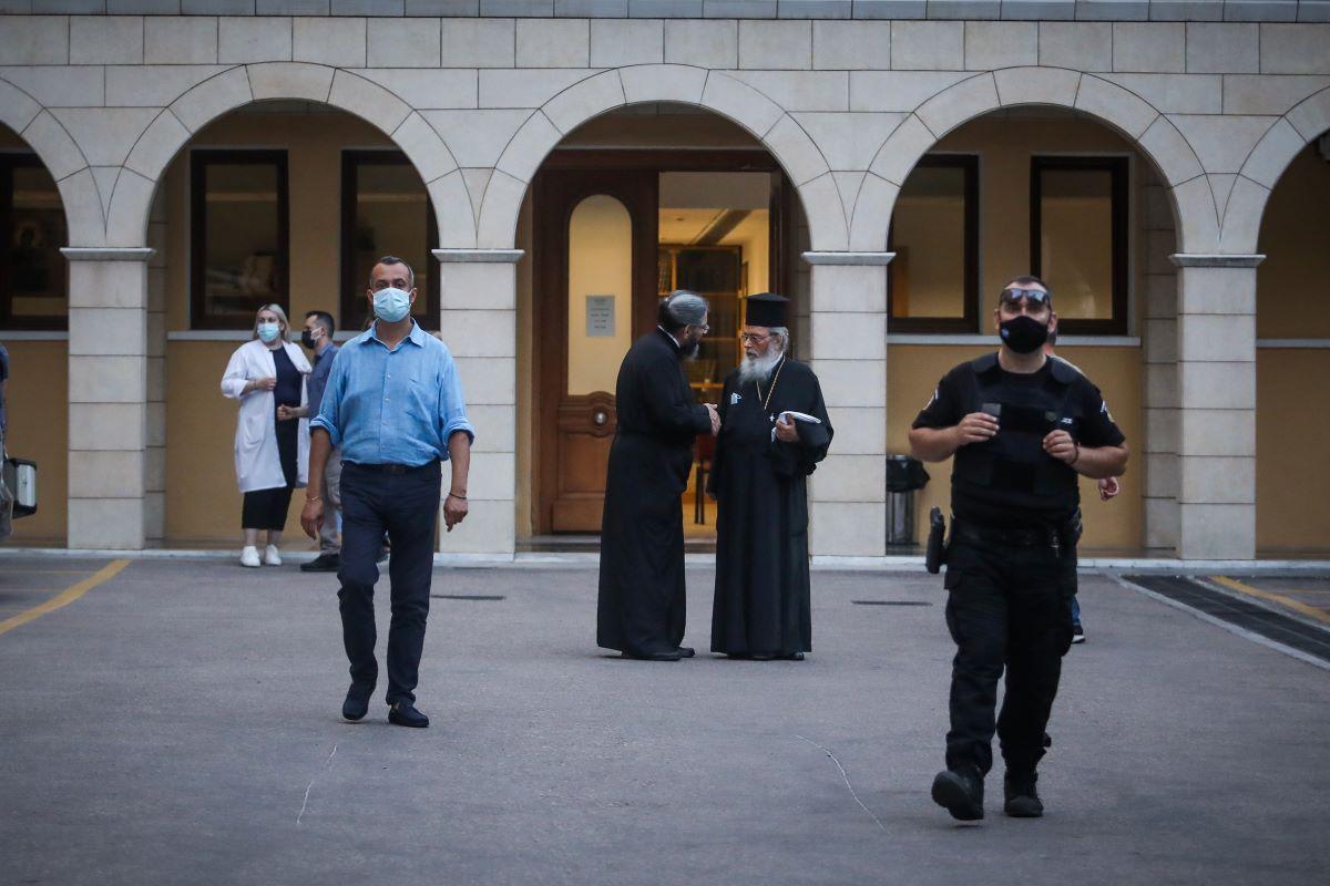 Μονή Πετράκη: Διατάχθηκε ο εγκλεισμός του ιερέα για την επίθεση με καυστικό υγρό – ΒΙΝΤΕΟ