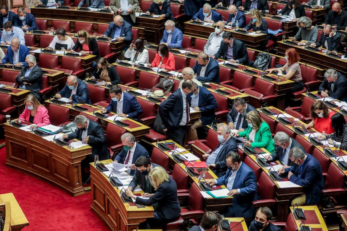 Στη Βουλή η τροπολογία για τον υποχρεωτικό εμβολιασμό: Άδεια άνευ αποδοχών και ασφαλιστικής κάλυψης στους αρνητές