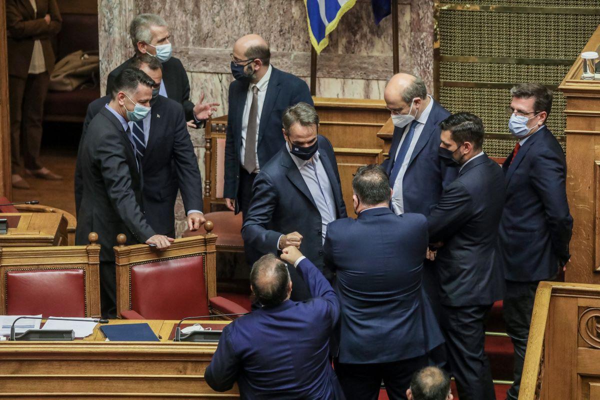 """Εργασιακό νομοσχέδιο: Πέρασε με 158 """"ΝΑΙ"""" από τη Βουλή"""