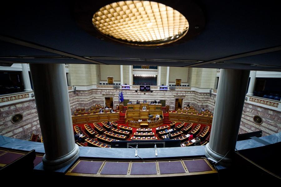 Βουλή: Κατατίθεται σήμερα το νέο εργασιακό νομοσχέδιο –  Χατζηδάκης: Εγγύηση για 8ωρο και υπερωρίες η ψηφιακή κάρτα εργασίας – BINTEO