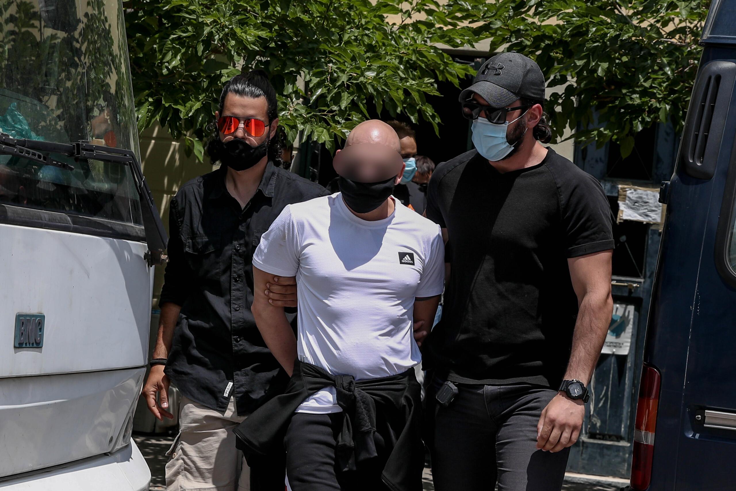 Αρνείται τις κατηγορίες ο φερόμενος ως φυσικός αυτουργός της δολοφονίας της συζύγου του Κορφιάτη και της απόπειρας δολοφονίας εις βάρος του επιχειρηματία – Τι υποστήριξε στην απολογία του