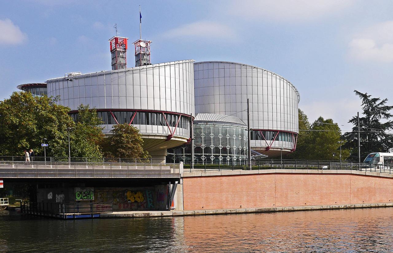 Καμπάνα από το Ευρωπαϊκό Δικαστήριο: Καθυστέρησε 5 χρόνια και 9 μήνες η δικαστική απόφαση για επικοινωνία παιδιού με τον πατέρα του