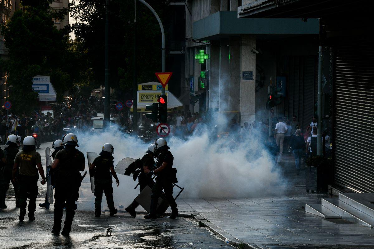 Επεισόδια στο κέντρο της Αθήνας μεταξύ αντεξουσιαστών και αντιεμβολιαστών – Ένας τραυματίας – Δακρυγόνα και ρίψεις νερού από την ΕΛΑΣ – ΒΙΝΤΕΟ – ΦΩΤΟ