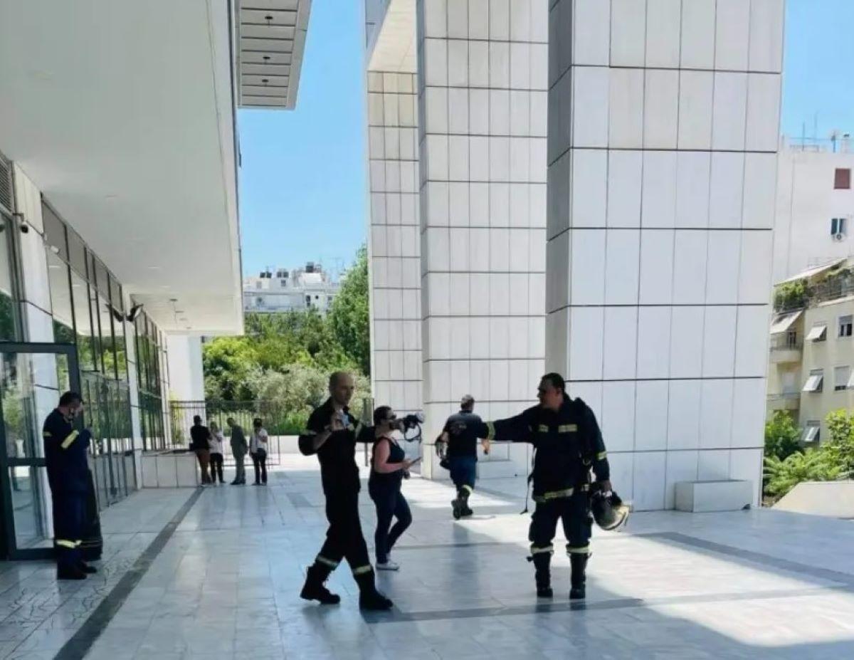 Φωτιά στο Εφετείο Αθηνών - Επί τόπου η Πυροσβεστική