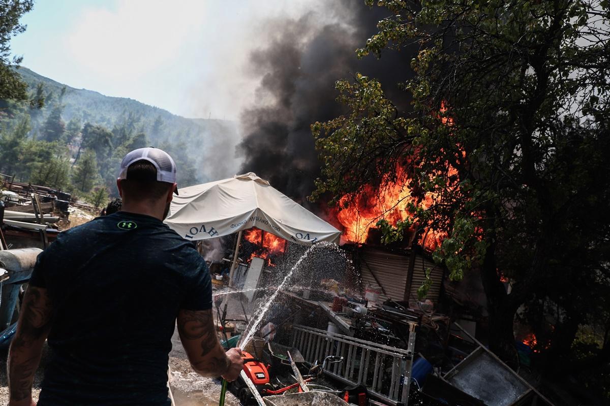 Σε ύφεση η φωτιά στη Σταμάτα – Τέσσερις προσαγωγές υπόπτων – ΒΙΝΤΕΟ – ΦΩΤΟ