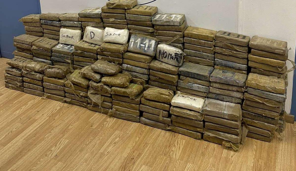 """Λιμάνι Πειραιά: Μαμούθ-ποσότητα κοκαΐνης εντοπίστηκε σε τσουβάλια καφέ – Από τη Γουατεμάλα το παράνομο φορτίο του """"λευκού θανάτου"""" – ΒΙΝΤΕΟ – ΦΩΤΟ"""