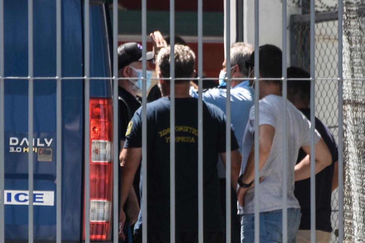 Πέτρος Φιλιππίδης: Οδηγήθηκε στις φυλακές Τρίπολης – Με χειροπέδες βγήκε από τη ΓΑΔΑ – Πώς η δικαιοσύνη έφτασε στην προφυλάκισή του – ΒΙΝΤΕΟ – ΦΩΤΟ