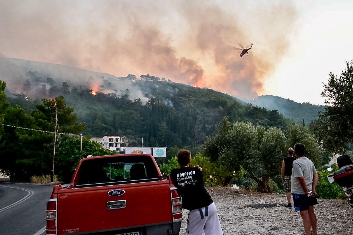 Σάμος: Νύχτα κόλαση από τη φωτιά - Εκκενώθηκαν σπίτια και ξενοδοχεία