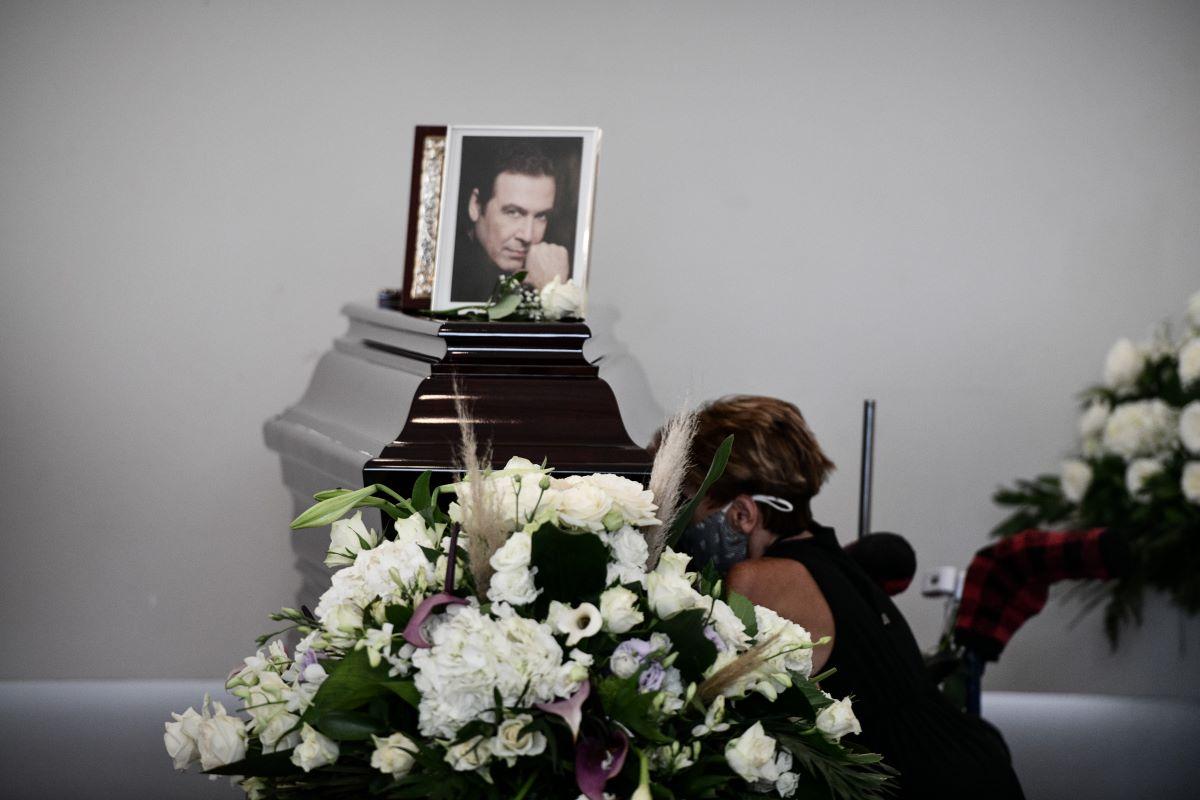 Τόλης Βοσκόπουλος-κηδεία: Αγκαλιά διαρκώς η Γκερέκου με την κόρη τους