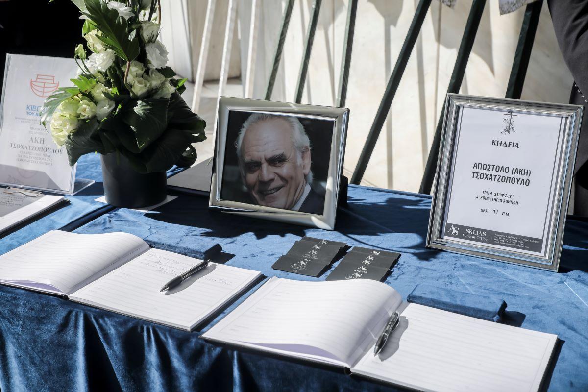 """Κηδεία Άκη Τσοχατζόπουλου: Λύγισε η Σταμάτη - Ηχηρές απουσίες """"φίλων"""""""