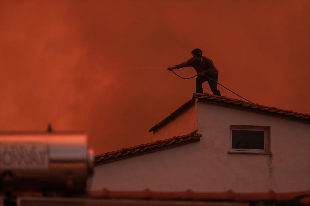Εύβοια: Καίγονται σπίτια, συγκλονιστικές εικόνες από το λιμάνι στο Πευκί