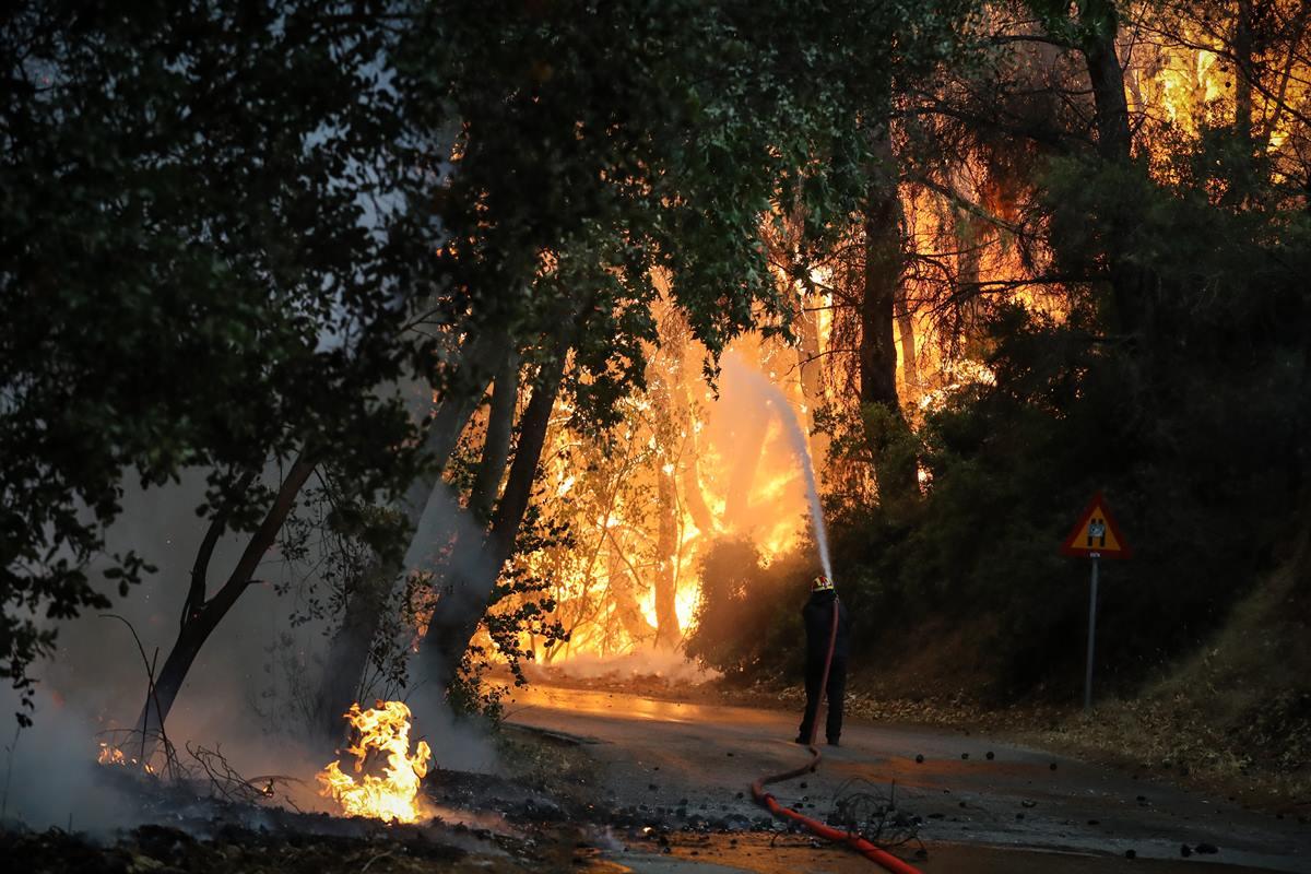 Τραγικός ο απολογισμός των πυρκαγιών: 12.500 στρέμματα και 94 σπίτια καμένα στη Βαρυπόμπη – Κρίσιμη η κατάσταση στην Εύβοια, κάηκαν πάνω από 150 σπίτια