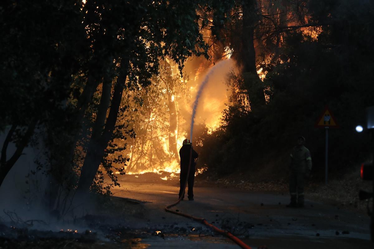 Υψηλές θερμοκρασίες και πλήθος πυρκαγιών συνθέτουν εκρηκτικό μίγμα